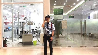 Nhân viên làm nhiệm vụ bảo vệ ngân hàng